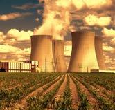 日落的核电站Temelin在捷克欧洲,甜玉米领域 图库摄影