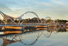 日落的步行脚桥梁坦佩海滩公园亚利桑那 库存照片