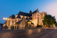 日落的比利时历史的市跟特 圣徒Michaelschurch 库存图片