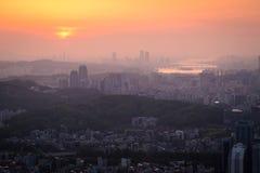 日落的汉城市在有薄雾的天,韩国 免版税库存照片