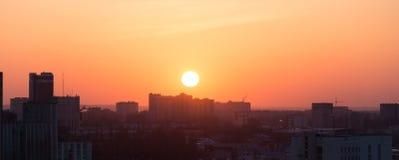 日落的沃罗涅日市,反对五颜六色的天空,从屋顶的全景鸟瞰图 库存图片