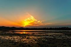 日落的河 库存图片
