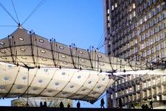 日落的法国La防御重创的arche巴黎商业区 免版税图库摄影