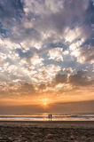 去日落的海洋的可爱的夫妇 免版税图库摄影