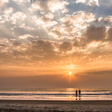 去日落的海洋的可爱的夫妇 库存照片