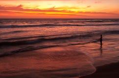 日落的渔夫在Playas,厄瓜多尔附近 免版税库存照片