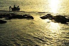 日落的渔夫,返回到港口,金黄小时 意大利livorno 免版税图库摄影