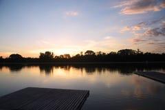 日落的湖与橙色天空 免版税图库摄影