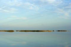 日落的湖Aidarkul 图库摄影