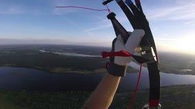 日落的滑翔伞全景在城市上 股票录像