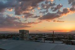 日落的照片和云彩以及小镇的基础设施 库存照片