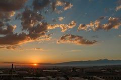 日落的照片和云彩以及小镇的基础设施 库存图片
