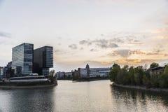 日落的现代办公室摩天大楼在杜塞尔多夫,德国 免版税图库摄影