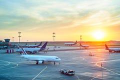 日落的现代机场 免版税库存照片
