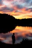 日落的男孩 免版税图库摄影
