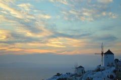 日落的白色Oia村庄,圣托里尼海岛,希腊 免版税库存图片