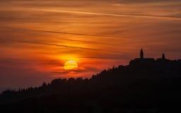 日落的皮恩扎镇,托斯卡纳,意大利 免版税图库摄影