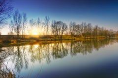 日落的看法在湖岸的 库存照片