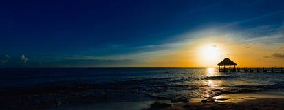 日落的眺望台桥梁加勒比海 库存图片