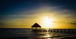 日落的眺望台桥梁加勒比海 免版税库存图片