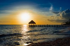 日落的眺望台桥梁加勒比海 免版税图库摄影