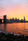 日落的纽约布鲁克林大桥和地平线 库存图片