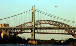 日落的罗伯特・肯尼迪大桥与飞机 库存照片
