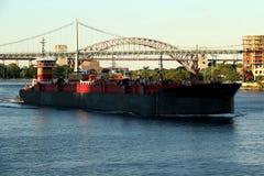 日落的罗伯特・肯尼迪大桥与货船 库存照片
