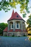 日落的老土气教会在一个小的村庄 免版税库存照片