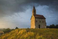 日落的老罗马教会在Drazovce,斯洛伐克 免版税库存图片