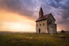日落的老罗马教会在Drazovce,斯洛伐克 库存图片