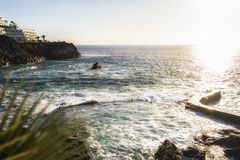 日落的自然游泳场在特内里费岛 免版税图库摄影