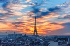 日落的艾菲尔铁塔在巴黎,法国 库存图片