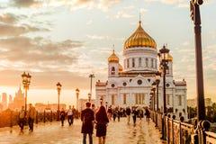 日落的莫斯科俄罗斯- 2017 9月14日的心情在家长式桥梁的在基督附近救主大教堂 库存照片