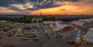 日落的著名巴伐利亚与在前面的慕尼黑啤酒节准备 库存图片