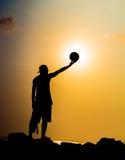 日落的蓝球运动员 库存照片
