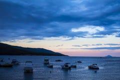 日落的蓝色盐水湖 库存图片