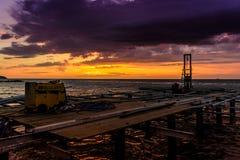 日落的被堆的船坞咖啡馆建筑 库存图片