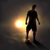 日落的足球运动员 库存照片