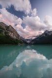 日落的路易丝湖在班夫国家公园,加拿大 免版税库存照片