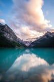 日落的路易丝湖在班夫国家公园,加拿大 免版税库存图片