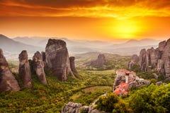 日落的迈泰奥拉Roussanou修道院,希腊 库存照片
