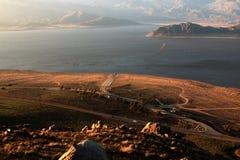 日落的遭受干旱的湖伊莎贝拉如被看见从美国人峡谷里奇 免版税库存照片