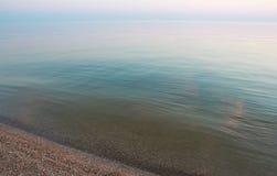 日落的镇静蓝色海 免版税库存图片