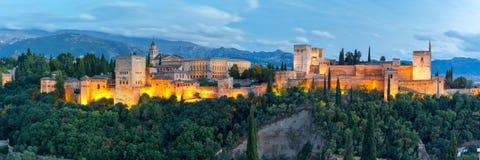 日落的阿尔罕布拉宫在格拉纳达,安大路西亚,西班牙 免版税库存照片