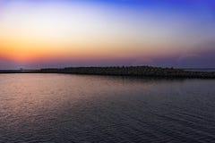 日落的颜色的风平浪静盐水湖 免版税图库摄影