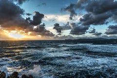 日落的风大浪急的海面在撒丁岛 图库摄影