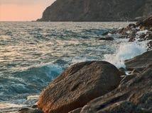 日落的风大浪急的海面 免版税图库摄影