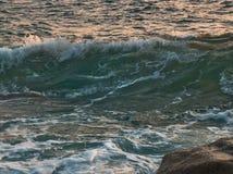 日落的风大浪急的海面 库存图片