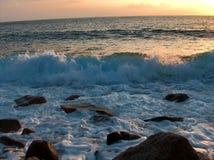日落的风大浪急的海面 免版税库存照片